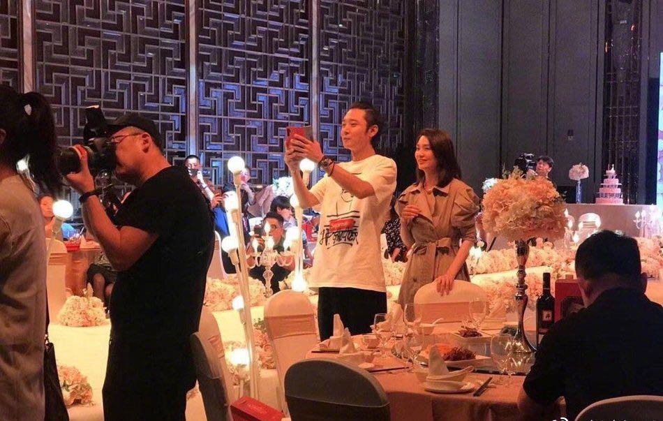 闹剧以大团圆结束,张丹峰和洪欣带女儿回老家参加婚礼有两个目的