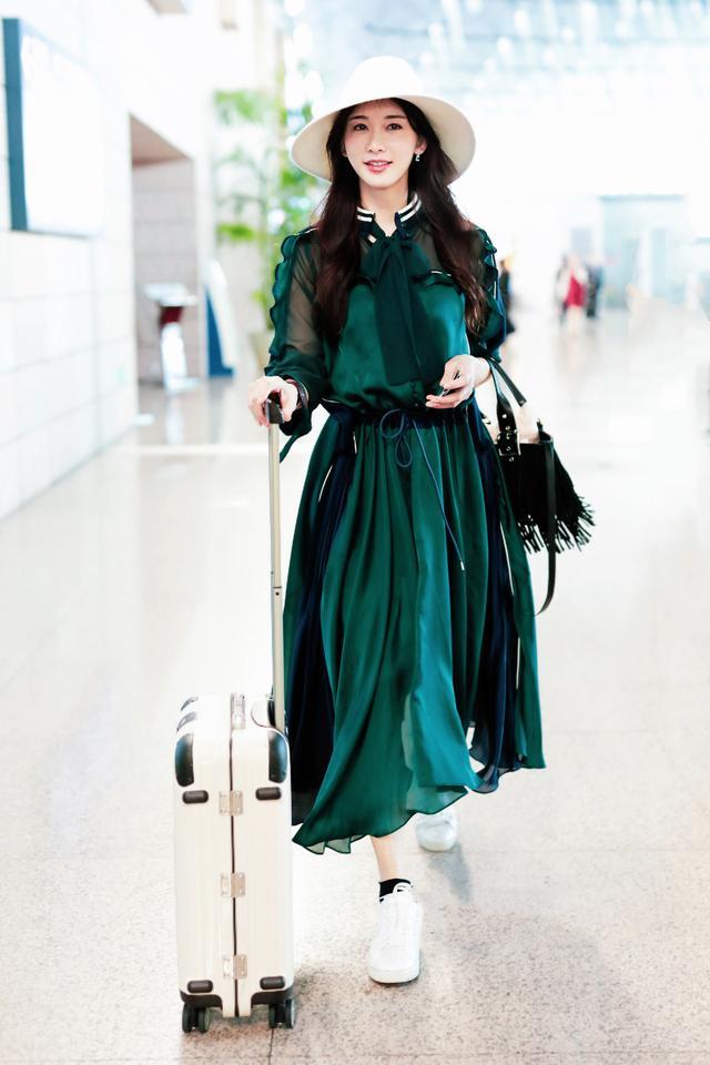 44岁林志玲美得不低调,低胸黑裙搭配风衣性感又气质,女人味十足