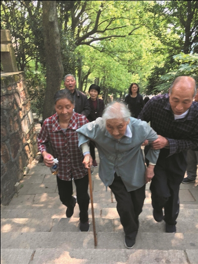 """展示""""长寿之乡""""的风采 南通百岁老人时隔一年再登上狼山"""