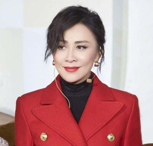 54岁刘嘉玲晨跑被拍,慌张躲避镜头,没想到不化妆的她是这样的
