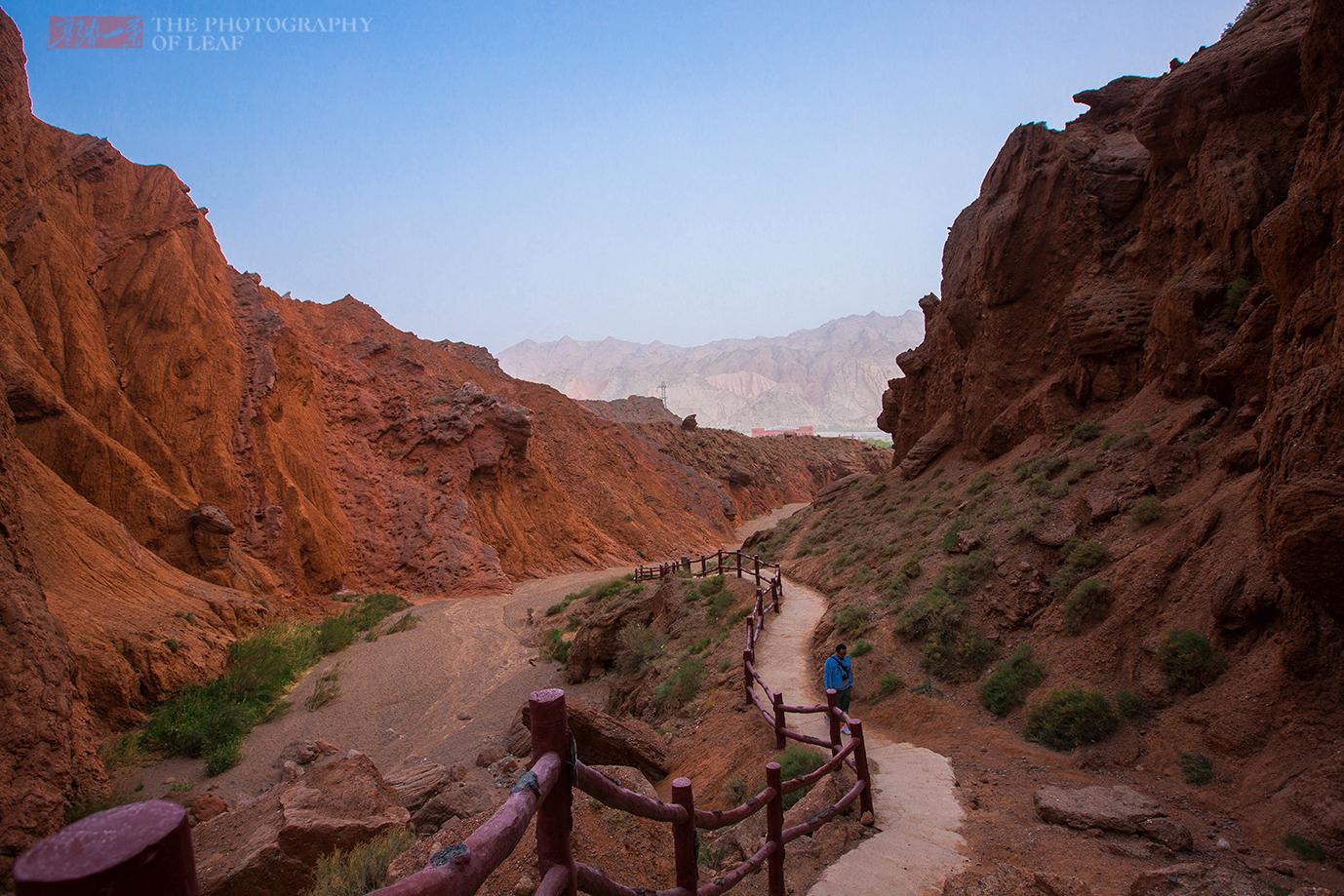 原创             新疆天山大峡谷,干旱无任何植被的地方,地面冒出溪流又神秘消失