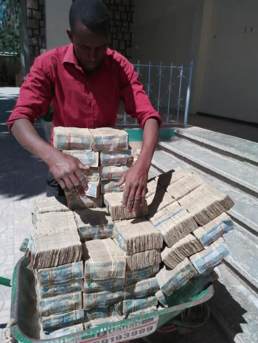 穷得只剩下钱的国家,成捆钱扔在地上无人偷,百姓头疼花不完!