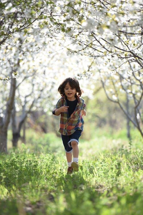 原創             學校要求穿校服,孩子就比誰的鞋更貴,你支持給孩子買AJ嗎?