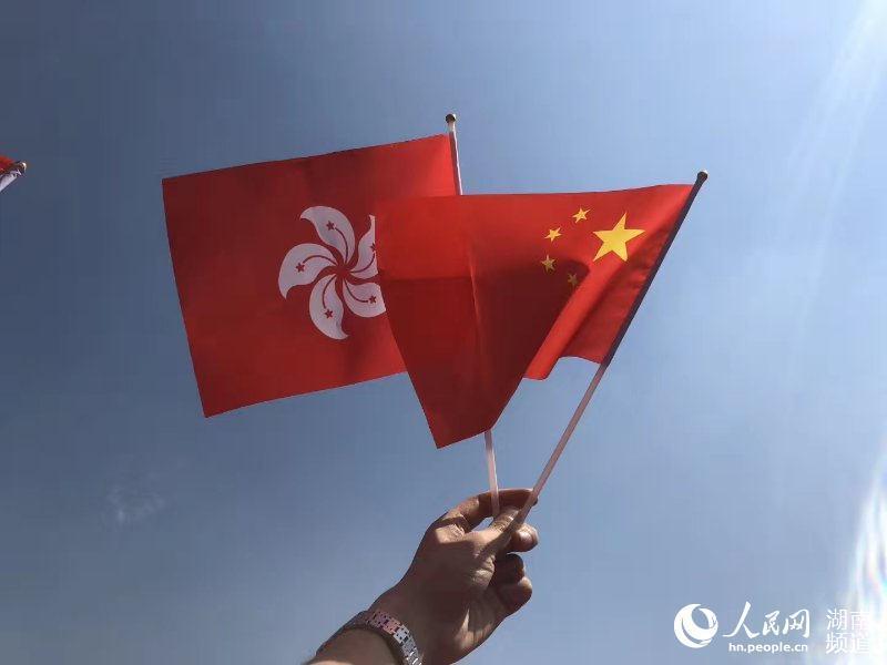 """800位香港同胞韶山""""快闪""""湘港儿女齐声唱响《我和我的祖国》"""
