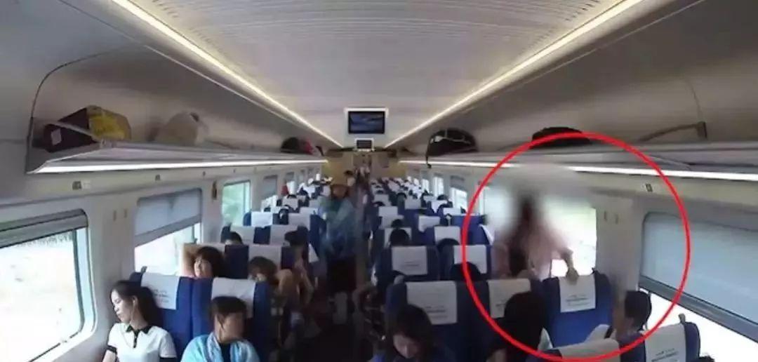 女子动车上把开水灌进前排乘客衣领,乘客当场尖叫……