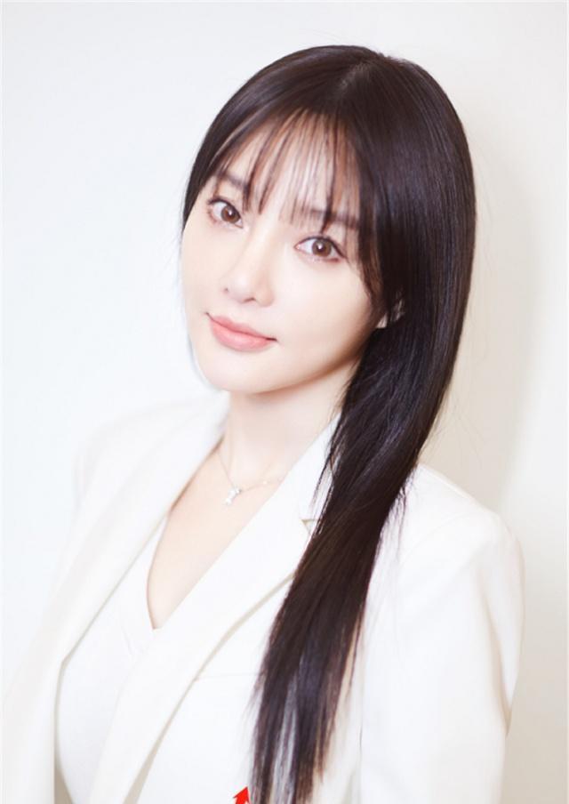 38岁李小璐又换新发型,换了款法式刘海清纯如少女,美极了!