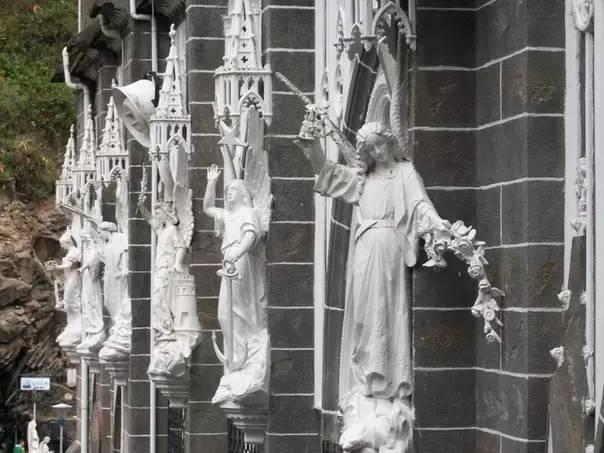 全球唯一建在峡谷中的教堂,已有100年历史,源于最美传说