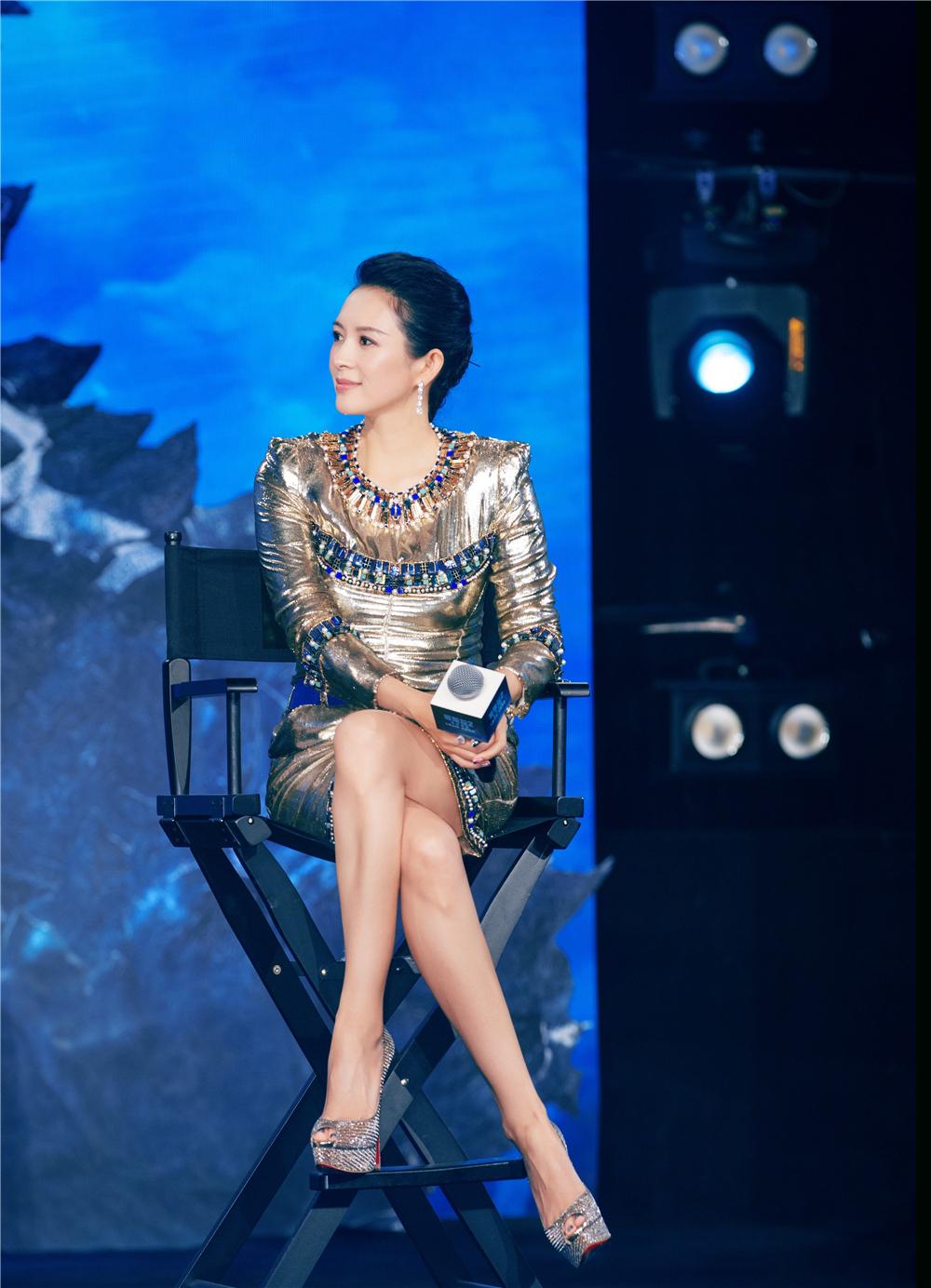 原创             章子怡气质确实好!银色短裙大胆露腿,踩驴蹄鞋不输同台欧美女星