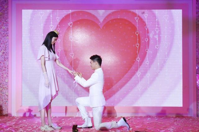奚梦瑶被求婚,为了不比何猷君高故意穿平底鞋,好贴心!