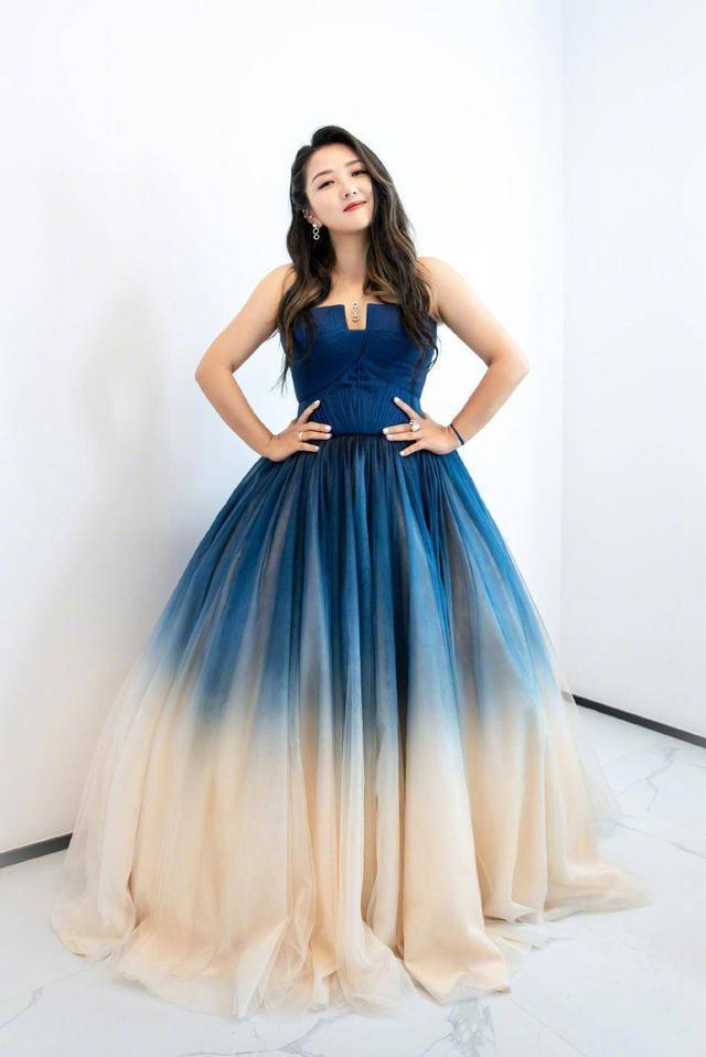 """原创             何洁新造型""""火""""了,一袭蓝色渐变礼服穿成特大号,未修图很真实"""