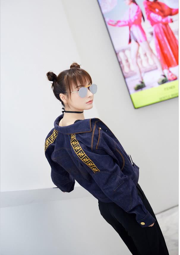 原创             吴昕扎俏皮双丸子头搭配牛仔外套 以现代时尚重新诠释经典造型