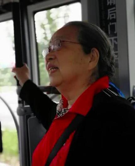 """83岁""""容嬷嬷""""李明启坐公交,却无人给其让座?"""