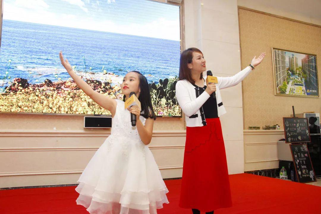 动现场,分别是汕头电视台的著名主持人栗宇坤老师,以及来自汕头大