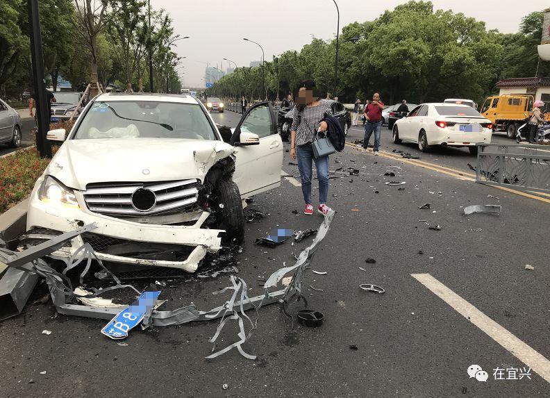 昨天,宜兴巷头东路上发生车祸,一辆白色大奔撞得几乎报废,另一辆轿车
