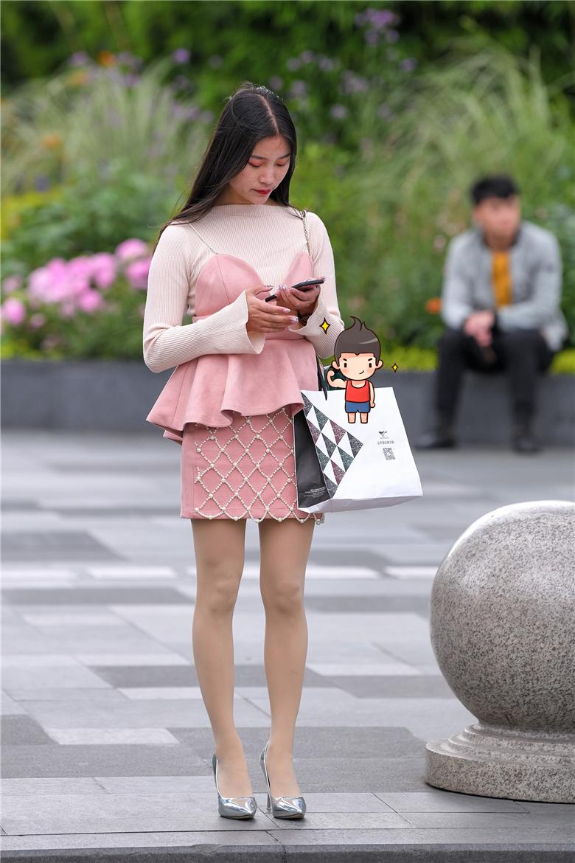 街拍联盟:小姐姐这腿真心长,丝袜高跟搭配得天衣无缝