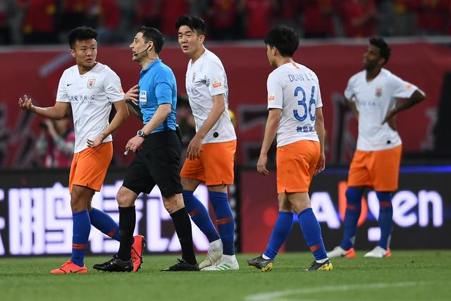 原创             绝杀球被判越位,山东鲁能最后时刻功亏一篑被上海上港点球绝杀