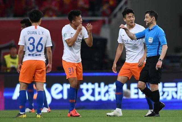 原创             2019赛季中超山东鲁能屡受打压!球迷建议:脱离中超,去其它联赛