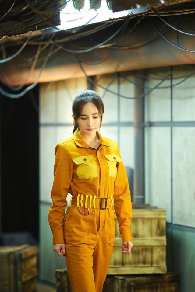 32岁杨幂凹新造型,穿白T恤搭配亮黄色运动裤,时尚青春又减龄