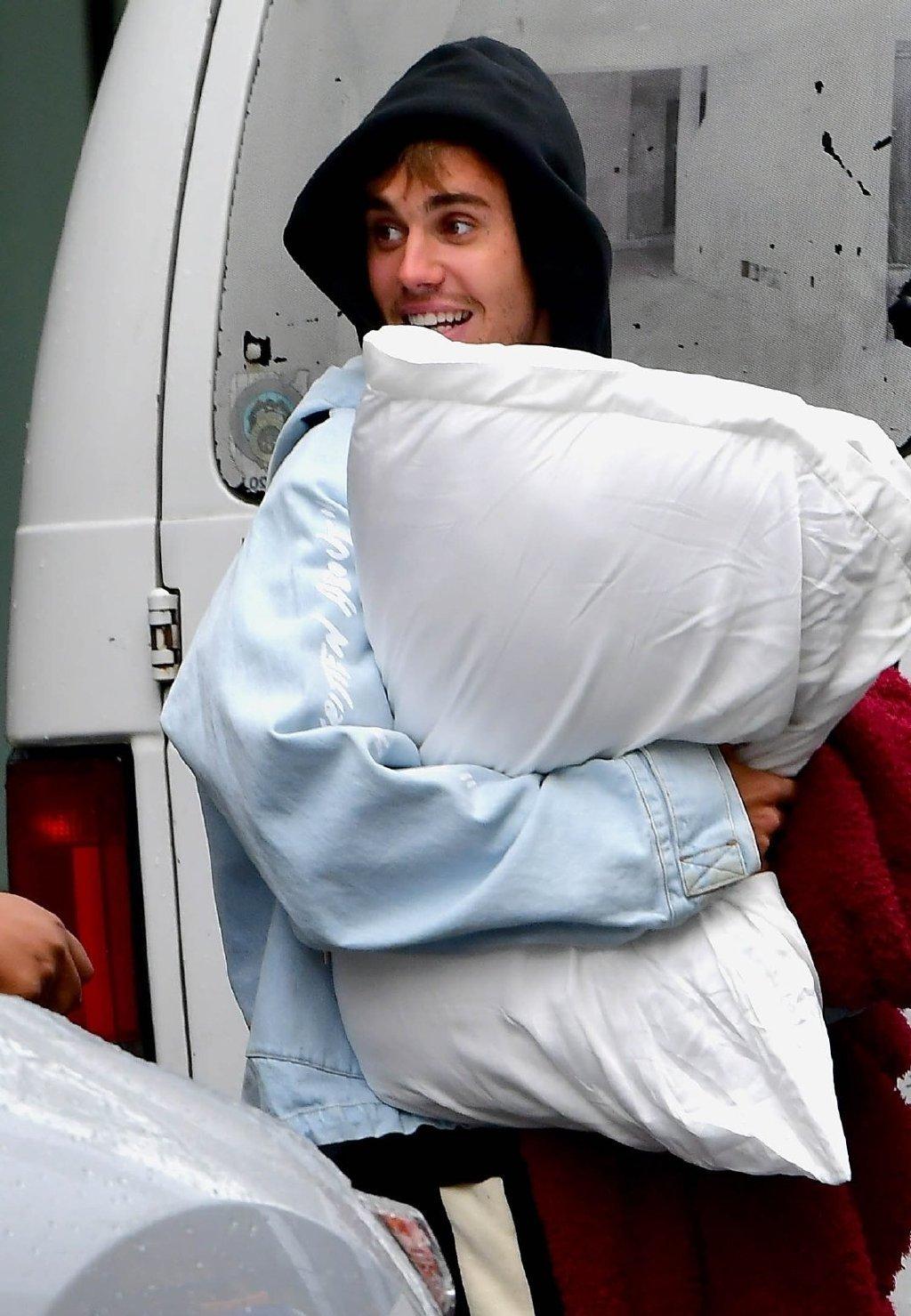 原创             贾斯汀·比伯和海莉搬入豪宅啦!可爱的比伯还抱走了自己的枕头