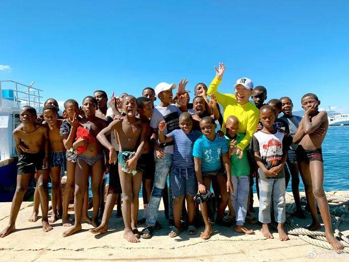 """黄渤南非跳海,挑战鲨笼潜水!""""彩虹之国""""原来可以玩这么大..."""