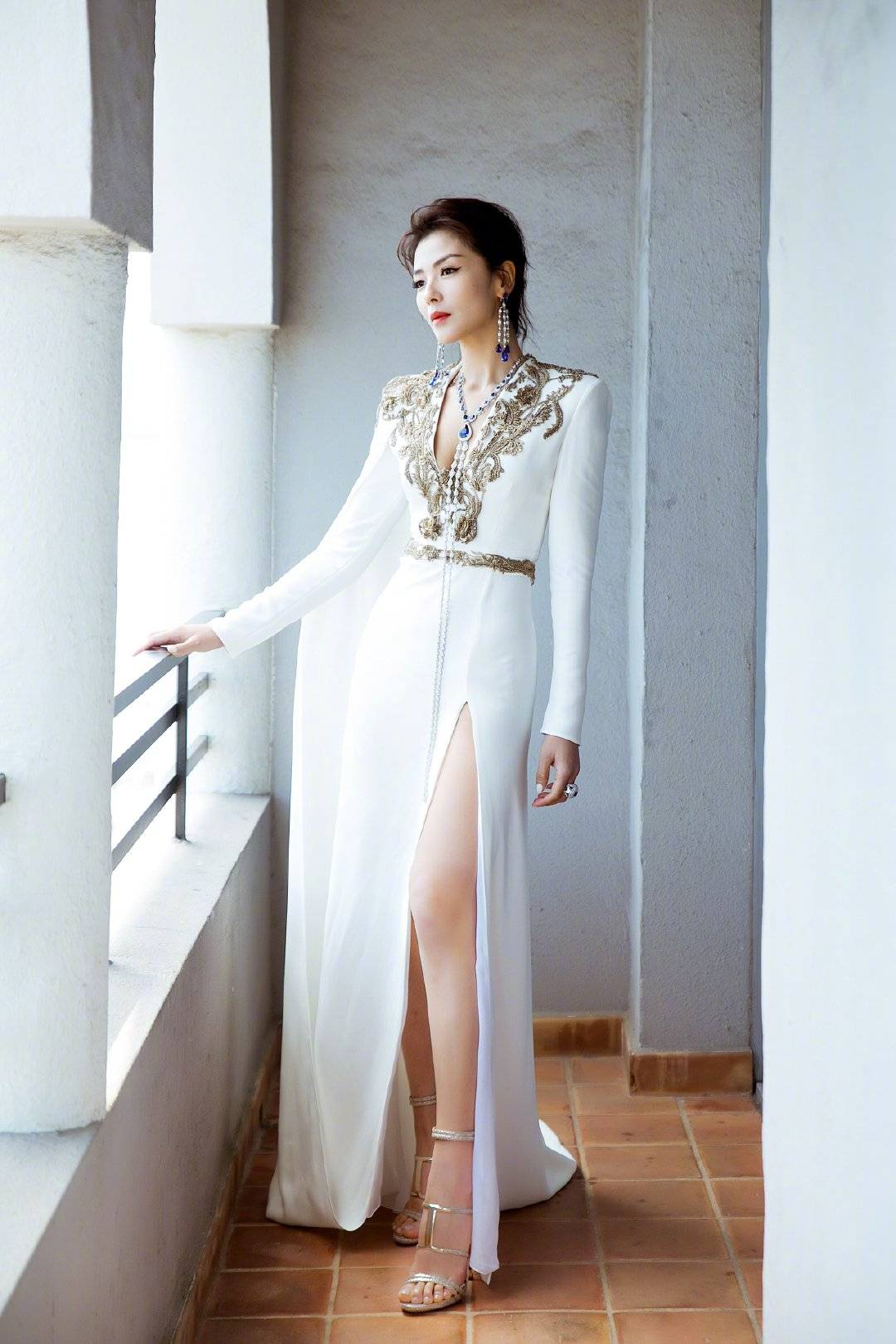 """原创             巩俐、刘涛亮相戛纳,同穿白裙诠释""""女王范"""",120斤的对决?"""