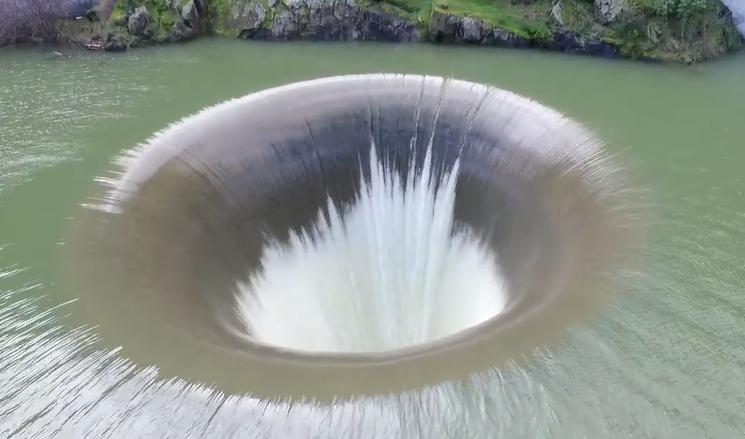 """世界上最壮观的泄洪道,一秒泄掉1500吨水,被称为""""光荣洞""""!"""