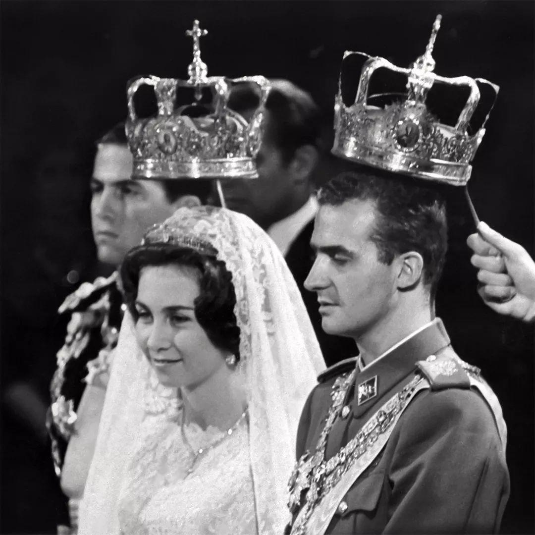 <b>32年前,戴安娜与西班牙王后同框,一个笑容勉强,一个愠婉恬静</b>