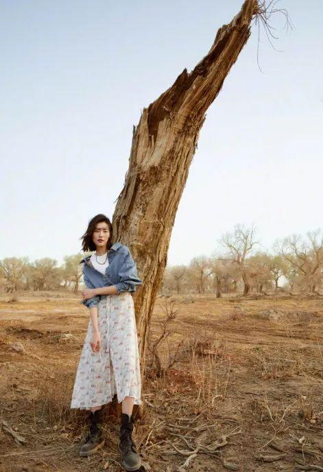 超模刘雯穿碎花长裙与枯树合影,却美成一幅画!