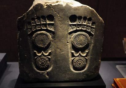 原创             龙门石窟的缝隙中有个未完成雕刻,专家说:这个神秘石雕挺重要