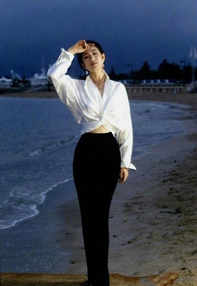53岁巩俐换新造型!穿白色连体裤美如画!扎马尾笑容甜美好少女呀