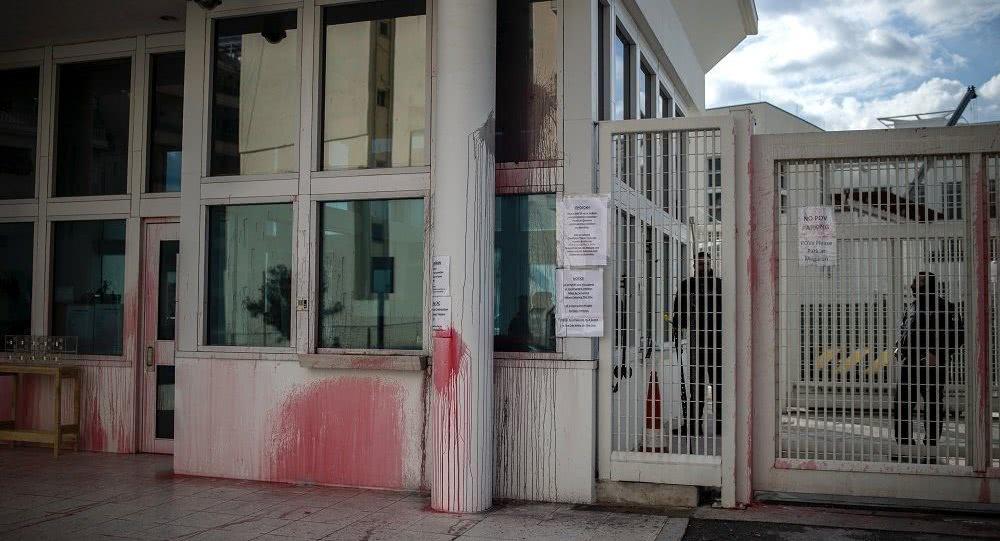 报复又来了!美国驻希腊大使馆被泼红漆