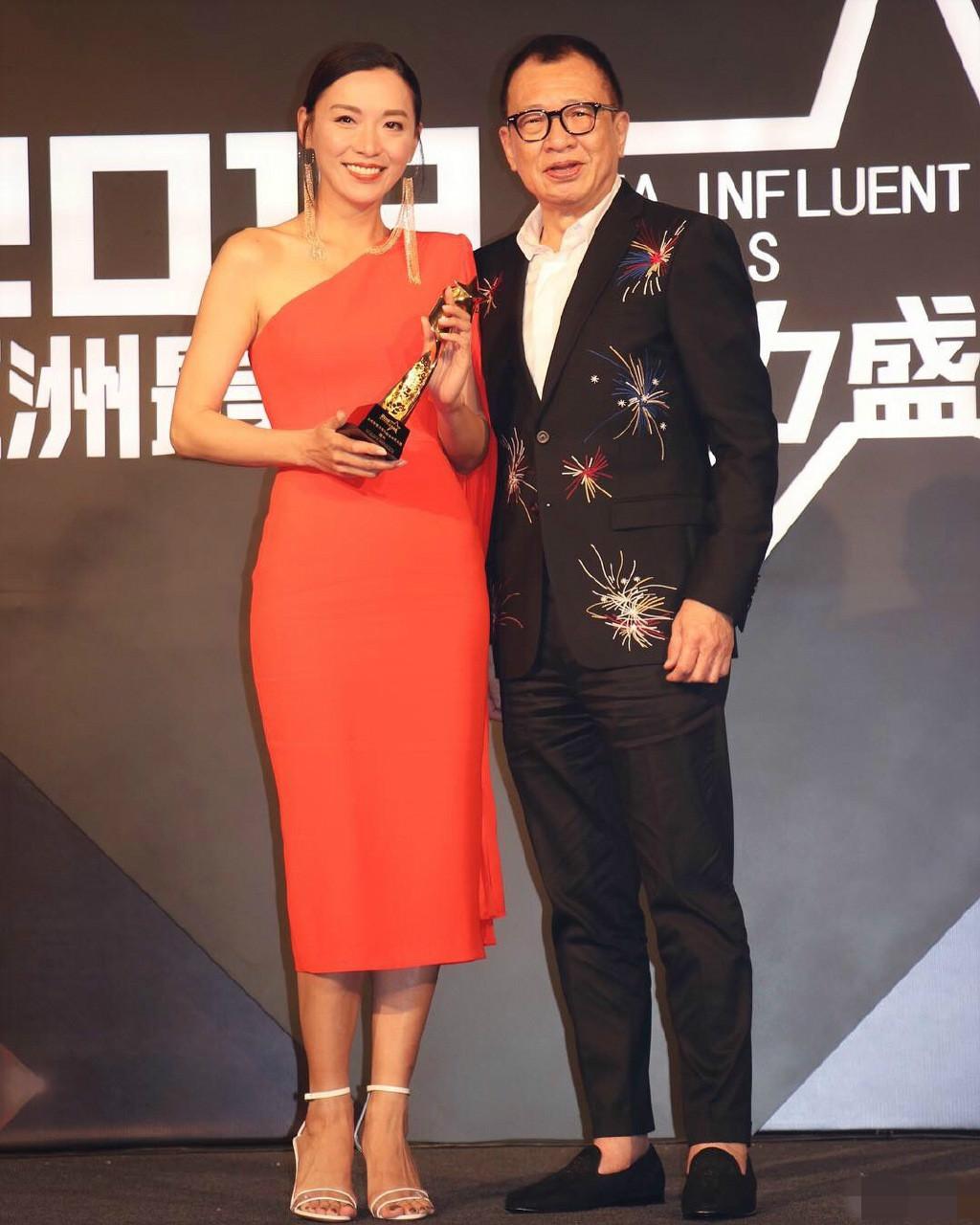 亚洲小姐陈炜太惊艳,一袭吊带白裙配长发优雅大方,素颜哪像46岁