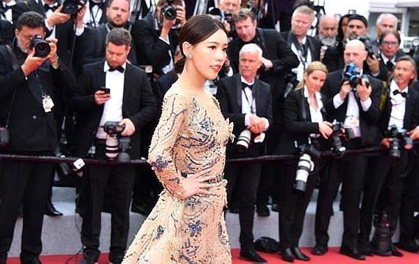 刘涛首次参加戛纳红毯,媒体的字幕却将其和巩俐区别开来,太现实