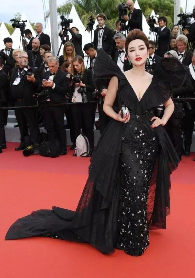 蹭戛纳红毯的网红被扒,曾是好莱坞大片女主,杨幂都给她作配!