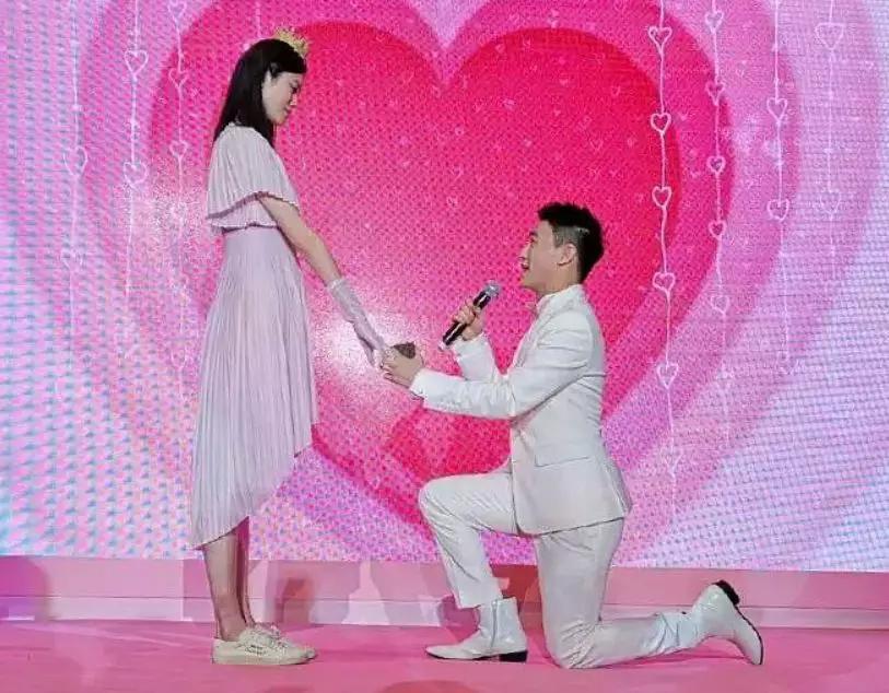 奚梦瑶疑似怀孕 何猷君求婚现场浪漫大气