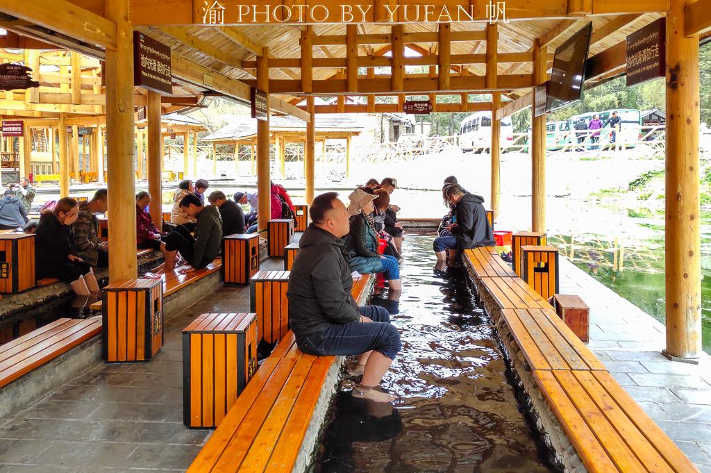 原创             贡嘎雪山下有个药池沸泉,可以煮鸡蛋和直接饮用,也可以沐浴泡脚