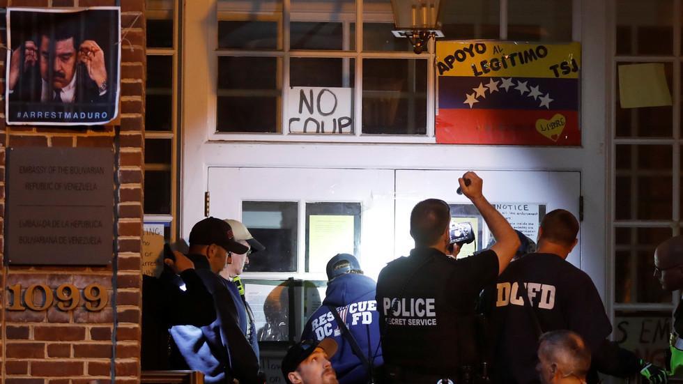 美国警察冲进别国大使馆!断水断电断粮,现场威胁抓走所有人