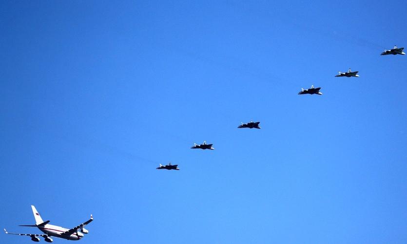 给力!6架苏-57高调护送普京!若单挑F-22,几几开比较合适?