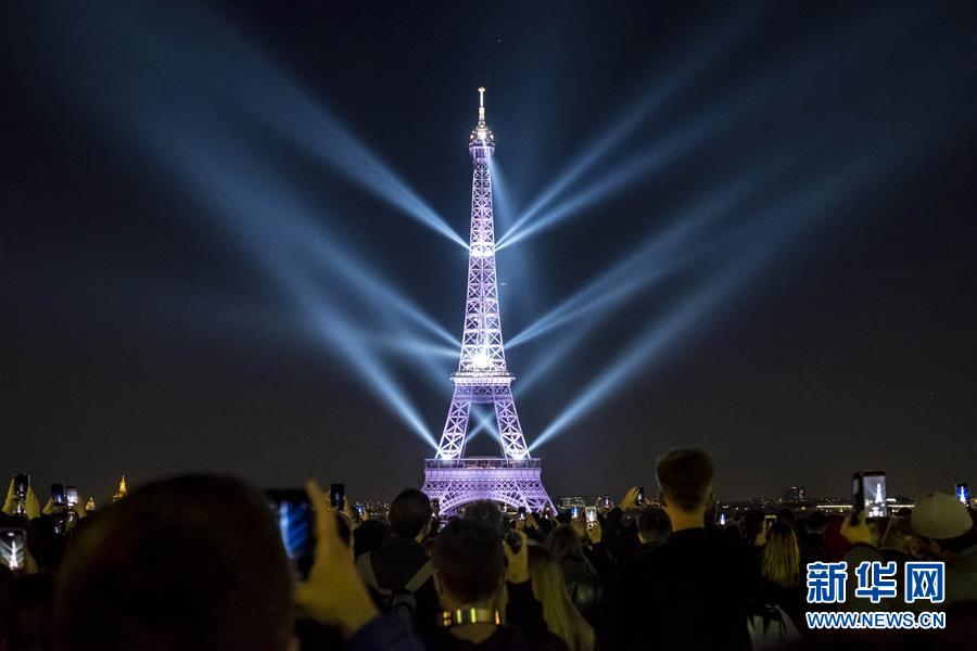 巴黎埃菲尔铁塔举行声光秀 庆祝130岁生日