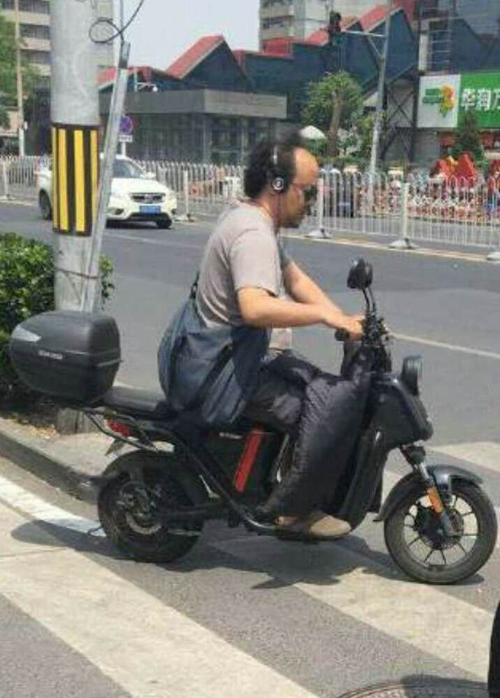 49岁窦唯骑电动车上街,衣着邋遢沾满灰,网友:窦仙儿