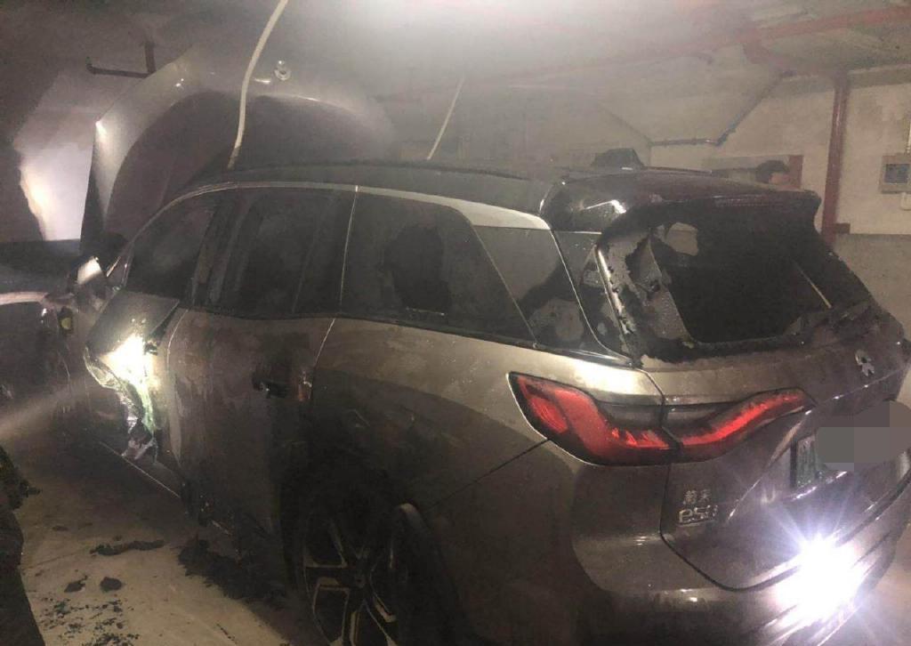 上海某威来ES8发生事故,突然冒烟导致整个车库冒烟