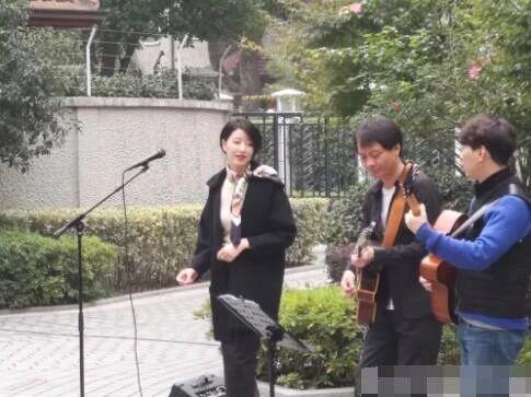 李亚鹏女友现身街头唱歌,扭腰摇摆有韵味,气质和王菲