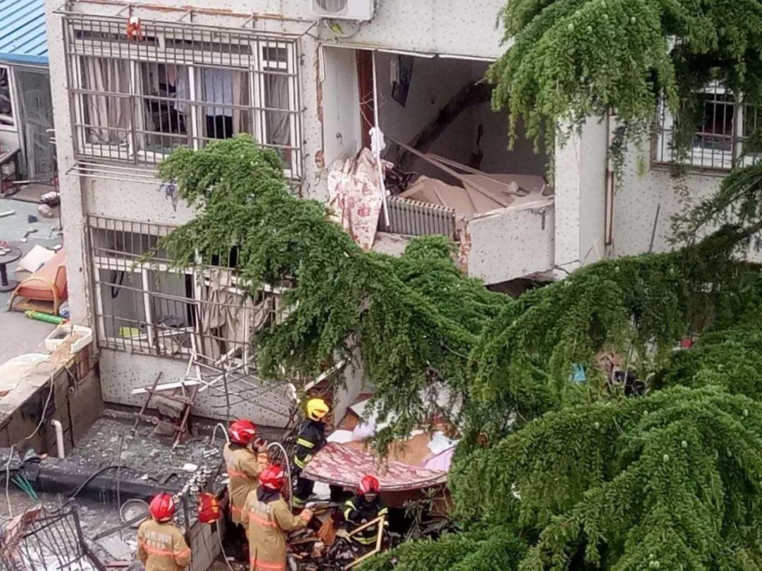 <b>最新!青岛一居民楼发生爆燃,1人死亡,7人受伤!二楼天花板被击穿,医生爬进去救人</b>