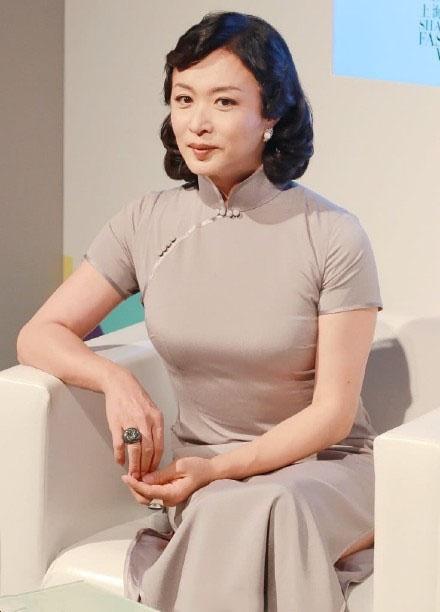 灰色旗袍穿出来有多美?秦岚大气,金星优雅,林心如像大妈!