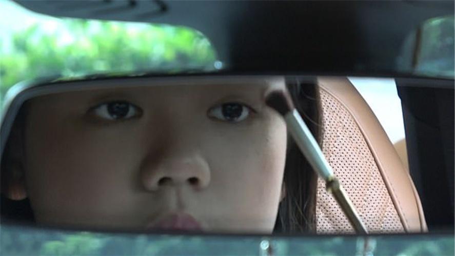 原创 12岁泰国美妆博主花费百万元购买豪车当礼物,即使她不能开
