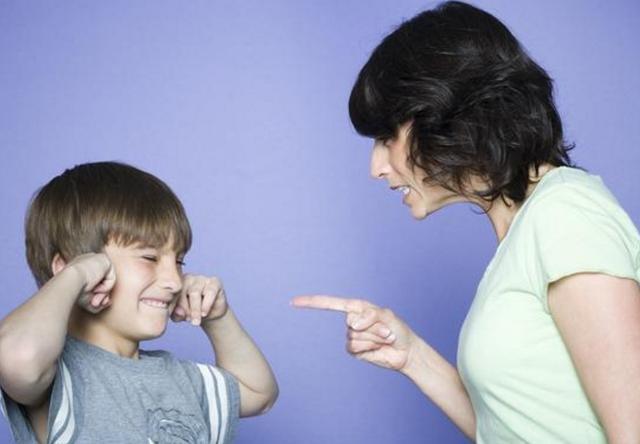 总是训斥孩子胆小无能,除了嘲讽打骂,作为父母你还会做点别的吗