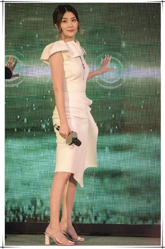被陈慧琳惊艳了,白色紧身裙穿出小鸟腿,这身段18岁的我?#24613;?#19981;了