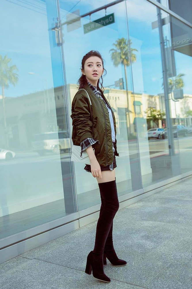 景甜特殊身份牛仔裤截图_景甜这身穿搭很美,机车皮衣配牛仔裤显瘦又显高,完美身材藏 ...