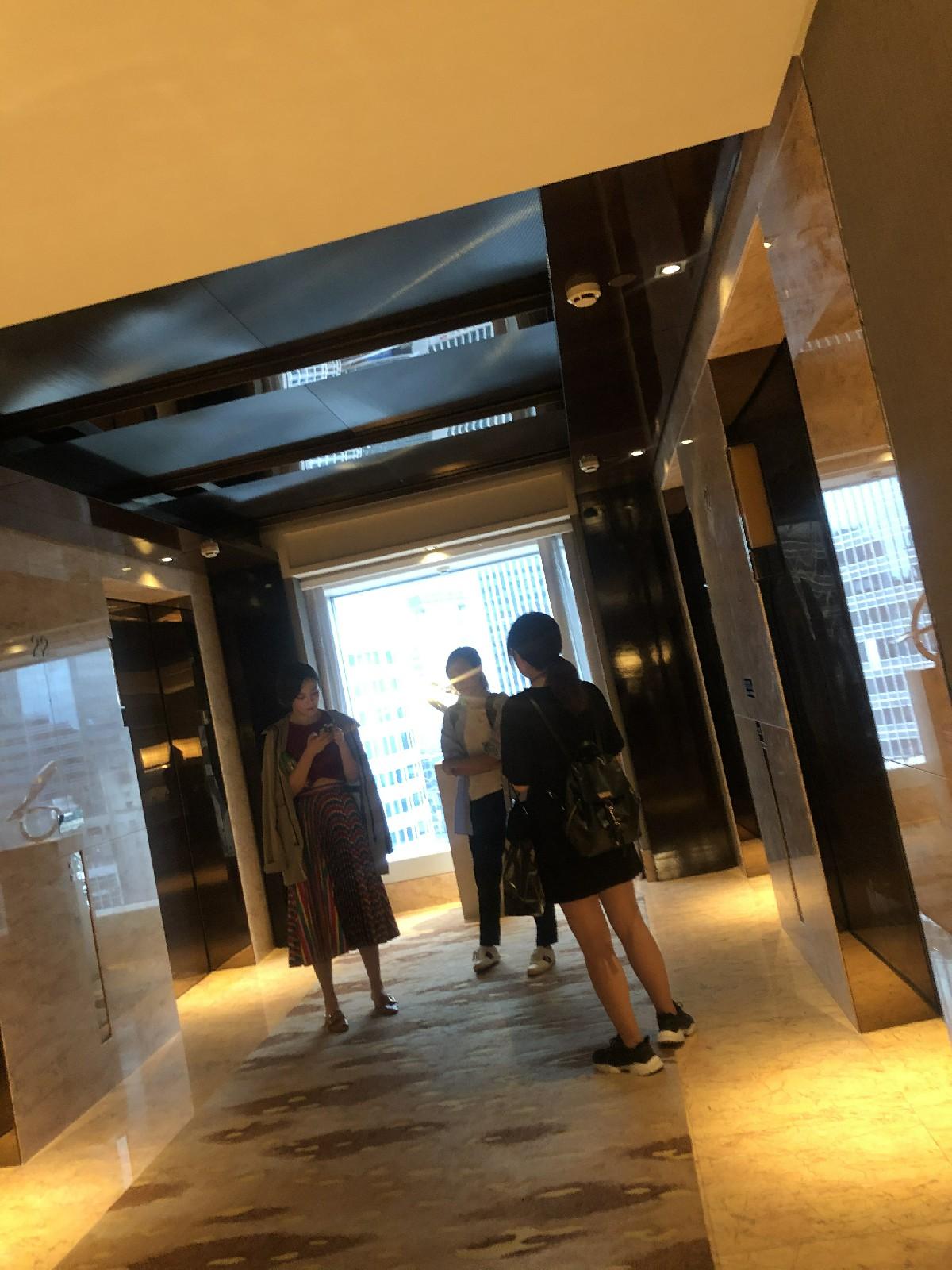 """网友香港四季酒店电梯偶遇吕佳容 丝毫不受""""戛纳蹭毯""""影响"""