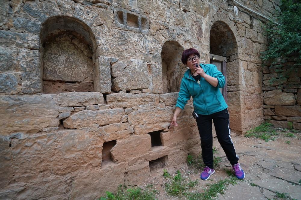 女人嫩穴洞_在窑洞内右边一孔窑的墙壁非常厚,开始没有注意,后来当地人告诉我,这